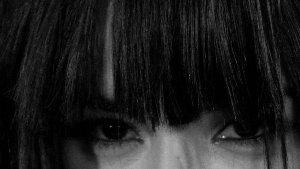 Loreenin silmät, mustavalkoinen, rajaus