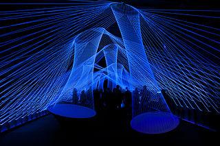 """Valo- ja ääni-installaatio """"Resonate"""" Luminale 2012 -näyttelyssä"""
