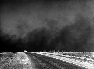 Mustia pölypilviä yksinäisen auton takana Pohjois-Texasissa maaliskuussa 1936 (mustavalkoinen)