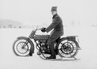 Suksilla varustettu moottoripyörä 1910-luvulta (mustavalkoinen)