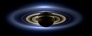 Auringonpimennys Saturnuksen takana. Cassini-luotaimen ottama kuva.