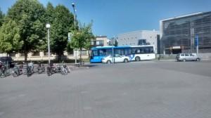 HSL:n sinivalkoinen linja-auto Kirkkonummen keskustassa (taustalla terveyskeskus, Aseman Ostari ja parkkihalli)