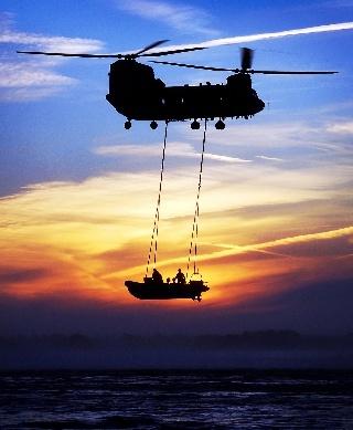 Britannian kuninkaallisten ilmavoimain Chinook-helikopteri ja merijalkaväen kumivene (RIB) Studland Bayn edustalla (Yhdistynyt kuningaskunta)