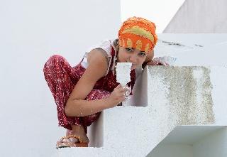 Tyttö maalaa portaita valkeiksi