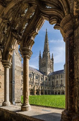 Norwichin katedraalin torni pylväskäytävältä nähtynä (Norfolk, Englanti)