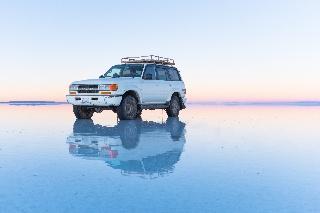 Talvinen auringonnousu Salar de Uyunissa (Bolivia)