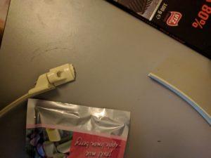 Tuulettimen lävikön kiinnikkeen murtunut muovi
