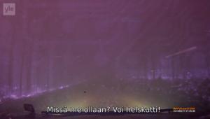 """Kuvakaappaus Road Moviesta: kojelautakamerakuvaa metsäpalon keskeltä (2014/06/17). Tekstitetty repliikki auton matkustajalta: """"Missä me ollaan? Voi helskutti!"""""""