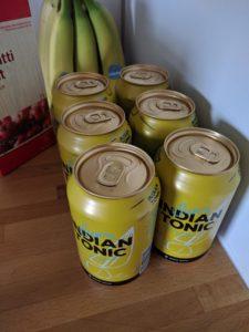 Kuusi Sun'n indian tonic -tölkkiä (takana banaaninippu ja tomaattikeittopurkki)
