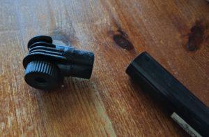Polkupyörän pumpun pää pumpun putkirungosta irronneena, pöydällä