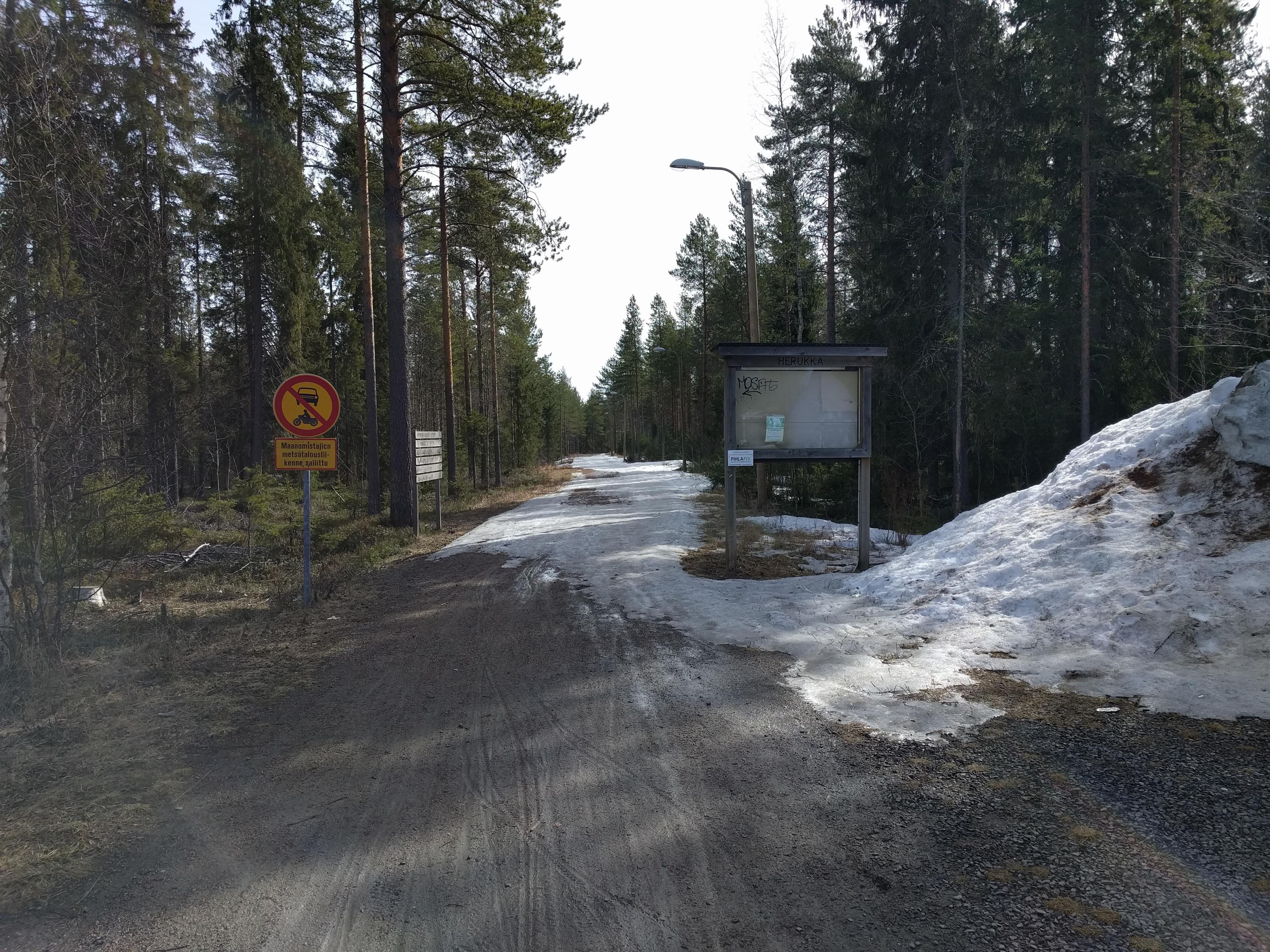Lunta ja jäätä Herukka-Ahvenoja -kuntoradan Herukan-päässä