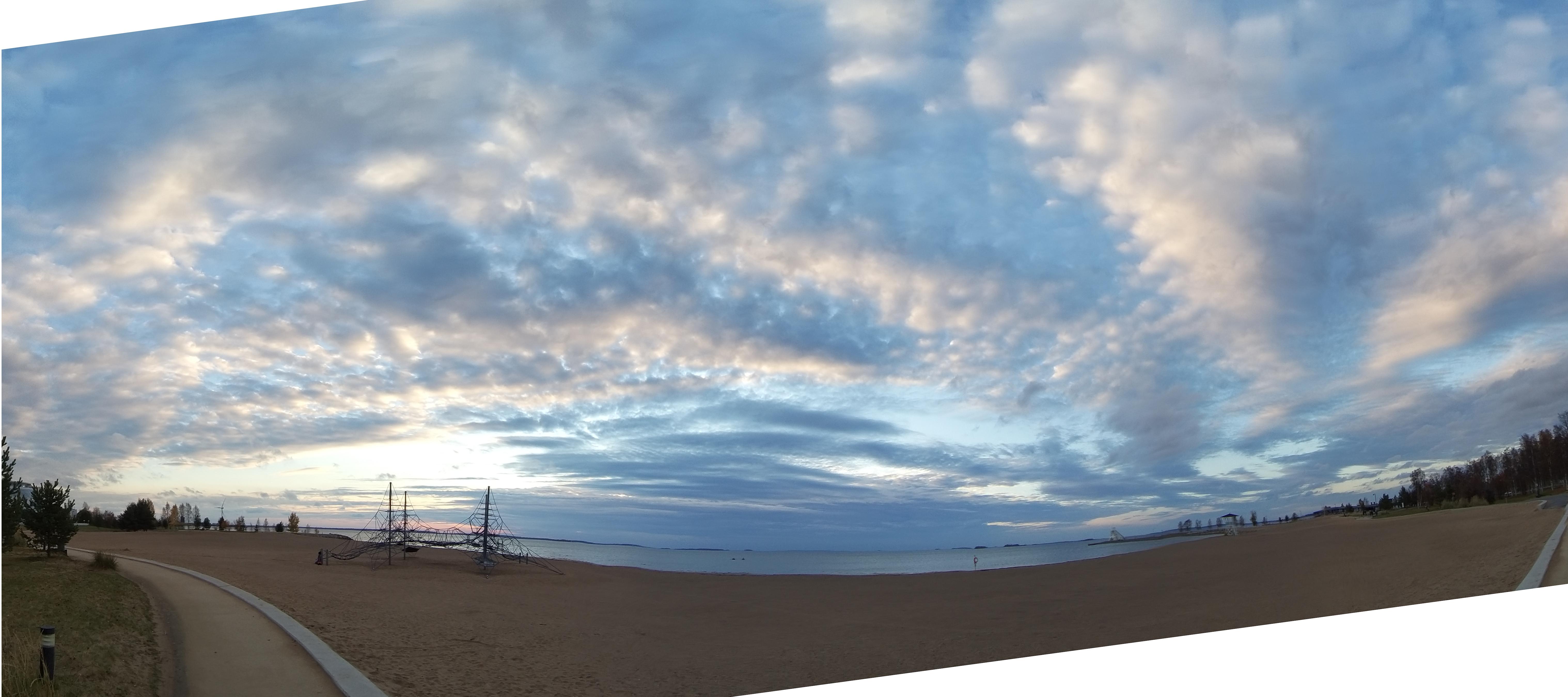 Hattarapilviä meren yllä Nallikarin rannalta kuvattuna